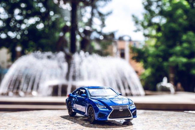 Miniatura sportowego auta w prezencie na 50 urodziny dla kolegi