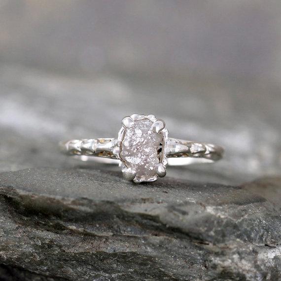 10_najpieknieszych_pierscionkow_zareczynowych_nieoszlifowany_diament