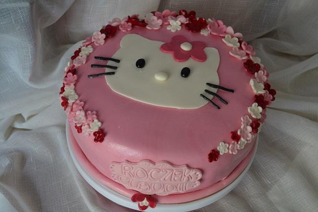 prezent_na_roczek_dla_dziewczynki_ktory_zafascynuje_malucha_tort_hello_kitty
