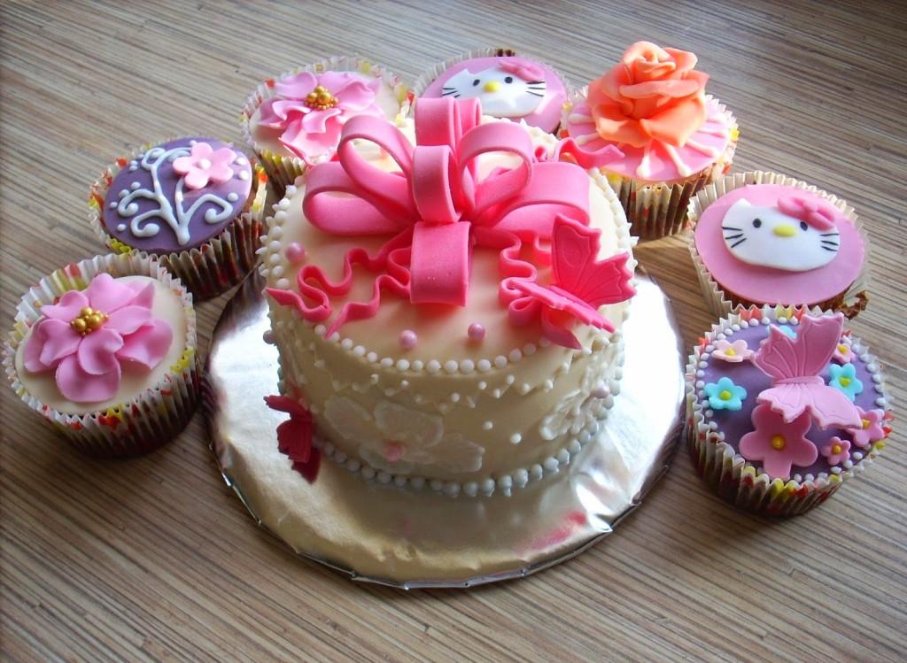 prezent_na_roczek_dla_dziewczynki_ktory_zafascynuje_malucha_tort_z_babeczkami