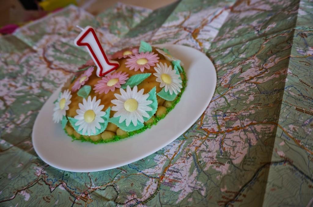 prezent_na_roczek_dla_dziewczynki_ktory_zafascynuje_malucha_tort_z_kwiatkami