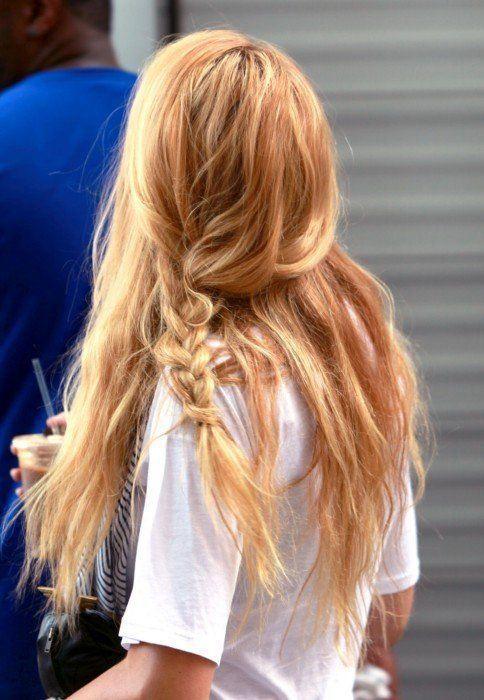 wakacyjne_trendy_jak_czesac_sie_w_sierpniu_truskawkowy_blond