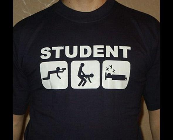 czego_najbardziej_potrzebuje_student_5_prezentow_dla_zakow_koszulka
