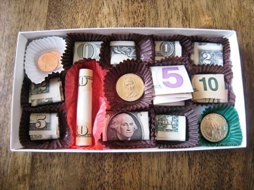 oryginalne_pomysly_jak_wreczyc_pieniadze_banknoty_pudełko_po_czekoladkach