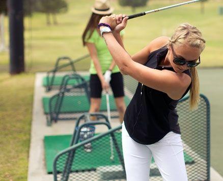 prezent_jak_z_amerykanskiego_snu_lekcja_gdy_w_golfa_kobieta_grajaca_w_golfa